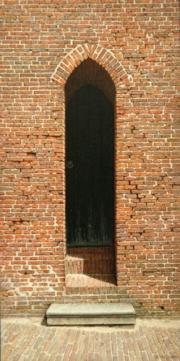 Smalle deur kerk Molkwerum © Aad Hofman