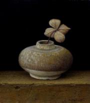 Vaasje met gedroogd hortensiatakje / Vase with dried hydrangea twig © Aad Hofman